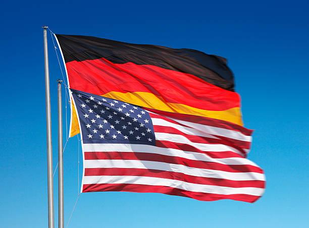 flagge og deutschland und die usa gemeinsam winken - deutschland usa stock-fotos und bilder