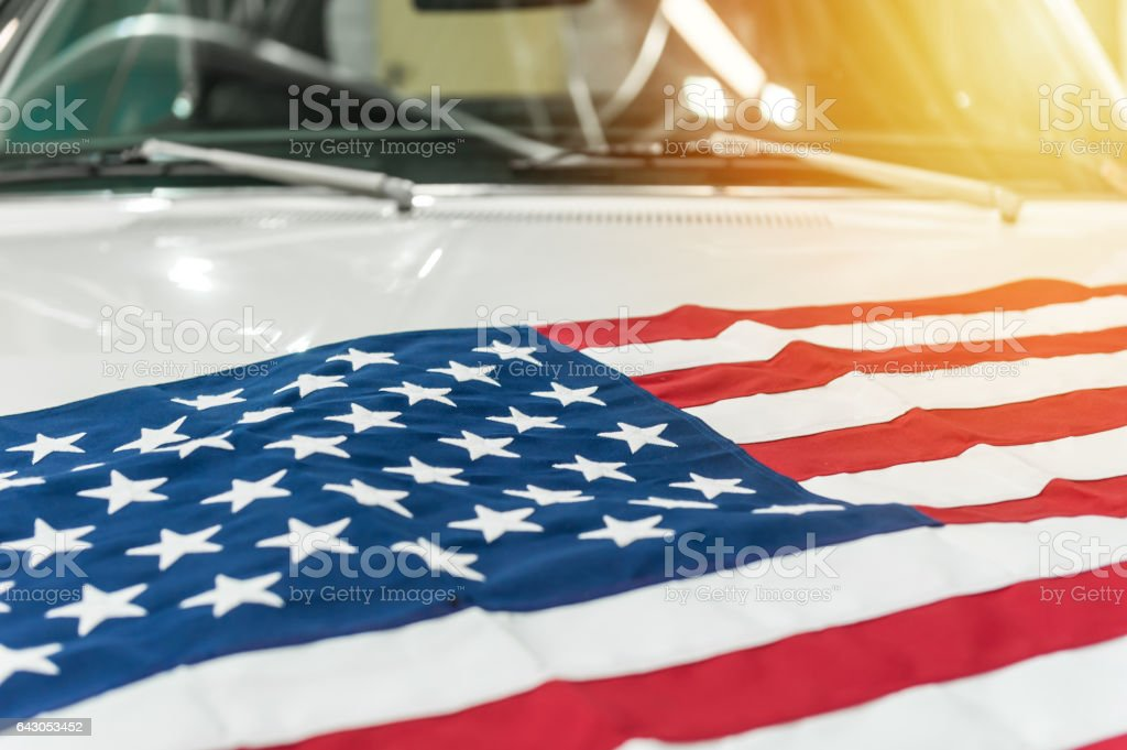 USA flag on the hood of a white car – Foto