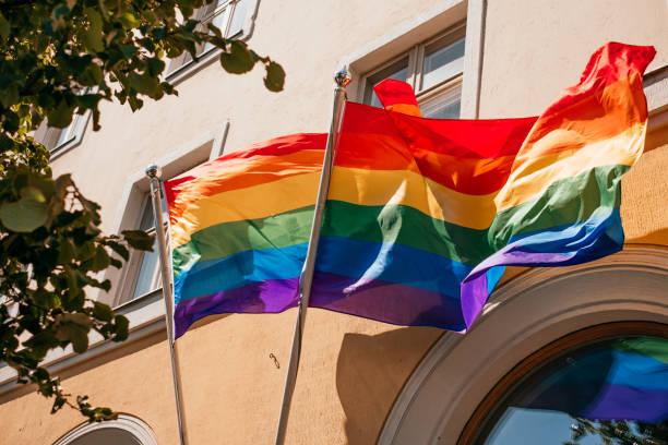 LGBT-Flagge über dem Gebäude – Foto