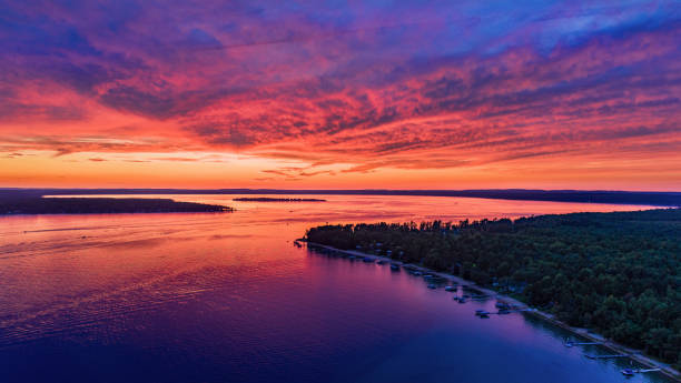 vlag punt, higgins lake fiery sunset - michigan stockfoto's en -beelden