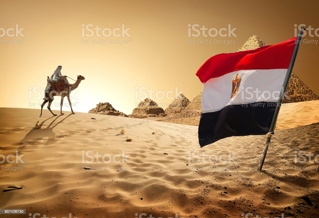 Bandera de pirámides en el desierto - foto de stock