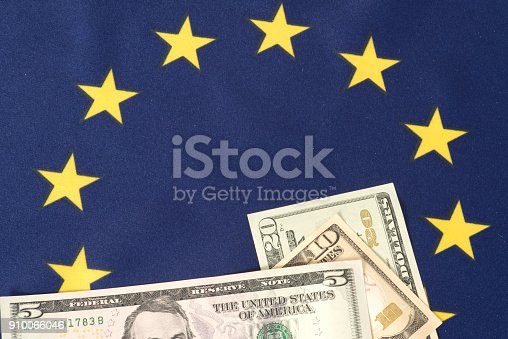 istock Flagge der Europäischen Union EU und Dollar Geldscheine 910066046