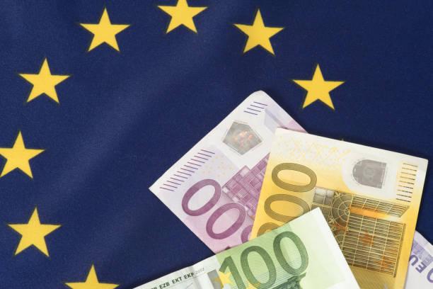 Flagge der Europäischen Union EU und Euro Geldscheine Flagge der Europäischen Union EU und Euro Geldscheine capital region stock pictures, royalty-free photos & images