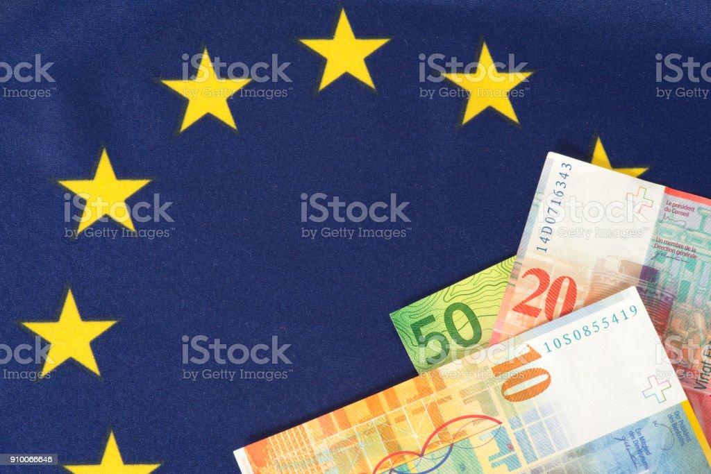 Flagge der Europäischen Union EU und Schweizer Franken Geldscheine stock photo