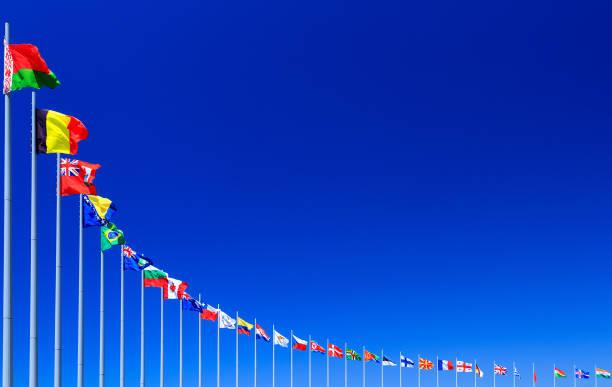 푸른 하늘에 대 한 플래그 - united nations 뉴스 사진 이미지