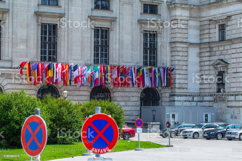 Flags all countries members of OSCE on the facade the building of Hofburg palace - OSCE Congress Centre in Vienna, Austria - Foto stock royalty-free di Ambientazione esterna