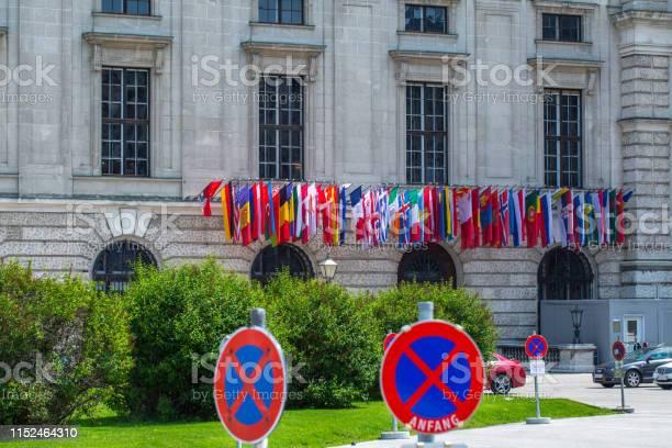 Flags All Countries Members Of Osce On The Facade The Building Of Hofburg Palace Osce Congress Centre In Vienna Austria - Fotografie stock e altre immagini di Ambientazione esterna