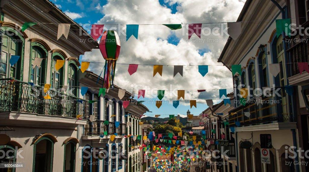 Bandeiras e balões decoram a rua no Brasil. Festa junina (