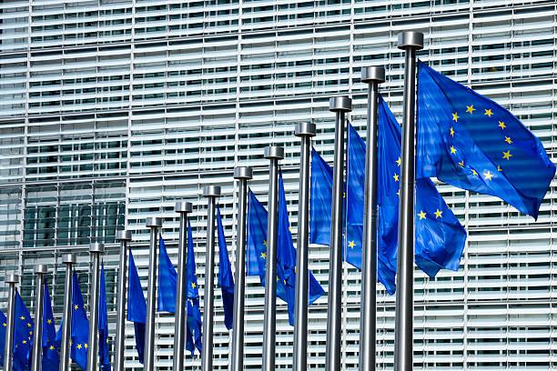 Banderas de la UE en la Comisión Europea, Bruselas, Bélgica - foto de stock