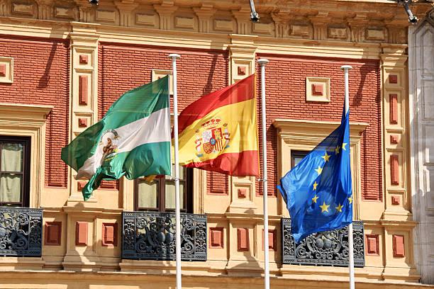 flags en palacio de san telmo, naranjas - andalusian flag fotografías e imágenes de stock