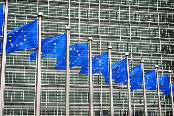 Mosca de Banderas de la UE en la Comisión Europea edificio de Bruselas Bélgica - foto de stock