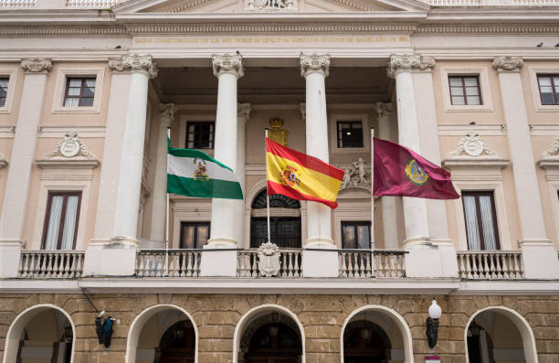 volar banderas en el ayuntamiento de cádiz, sur de españa - andalusian flag fotografías e imágenes de stock
