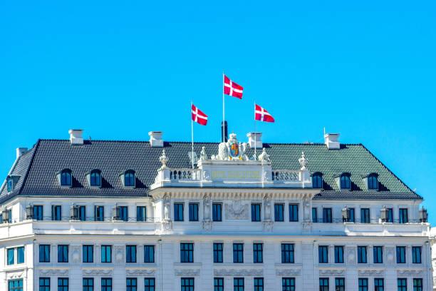 fahnen im wind auf die fassade des hotel d´angleterre - hotels in kopenhagen stock-fotos und bilder