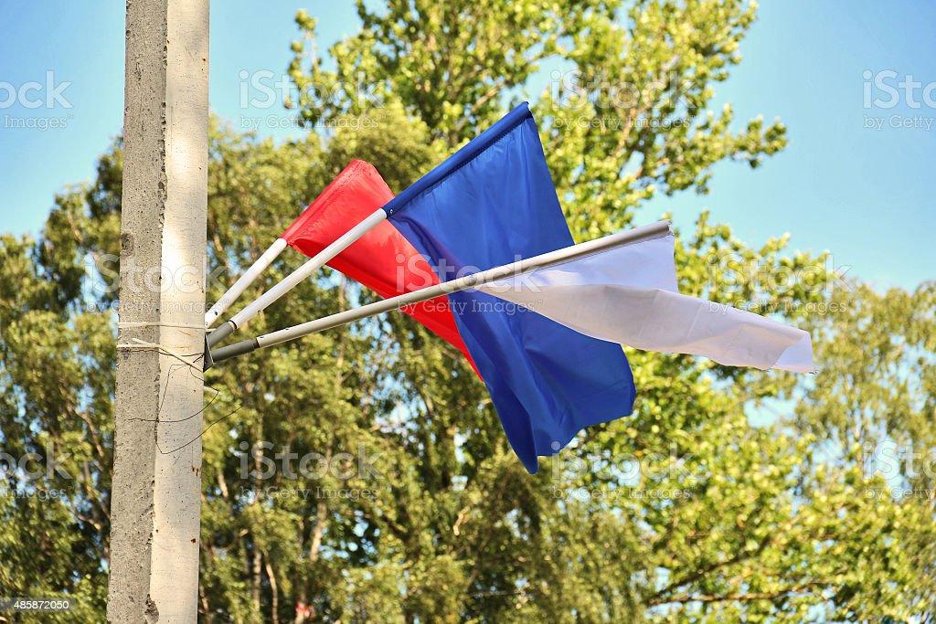 Bandeiras em cores do Russian tricolor, anexado ao poste de rua - foto de acervo