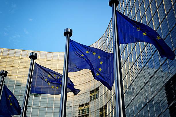 Banderas de la UE en la parte delantera de la Comisión Europea - foto de stock