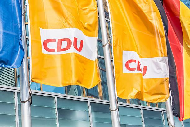 flaggen vor der cdu headquarters (berlin) - la union stock-fotos und bilder
