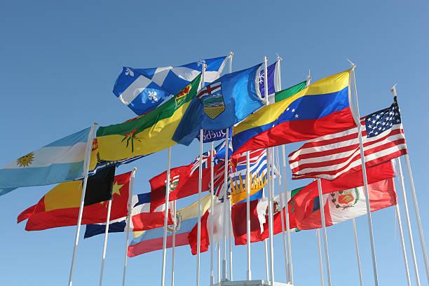 Wehenden Flaggen im wind am blauen Himmel – Foto