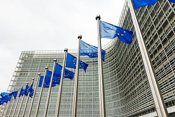 Banderas de la UE en la UE, cerca de las sedes de Berlaymont Comisión Europea edificio - foto de stock