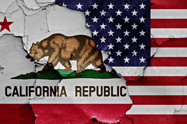 banderas de California y de Estados Unidos pintaron en la pared agrietada - foto de stock