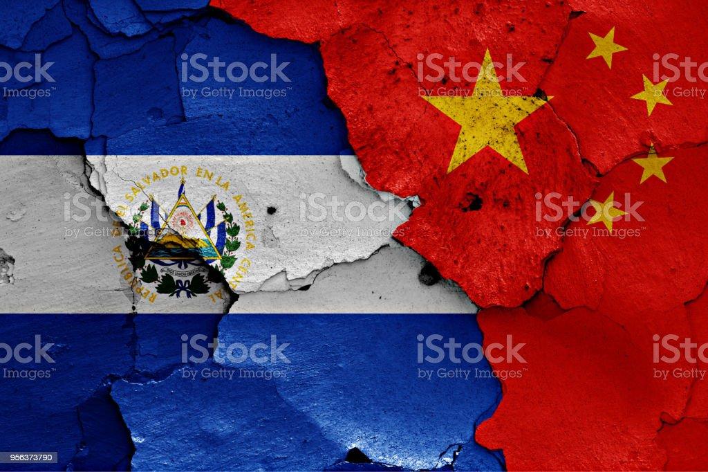 banderas del Salvador y China pintaron en la pared agrietada - foto de stock