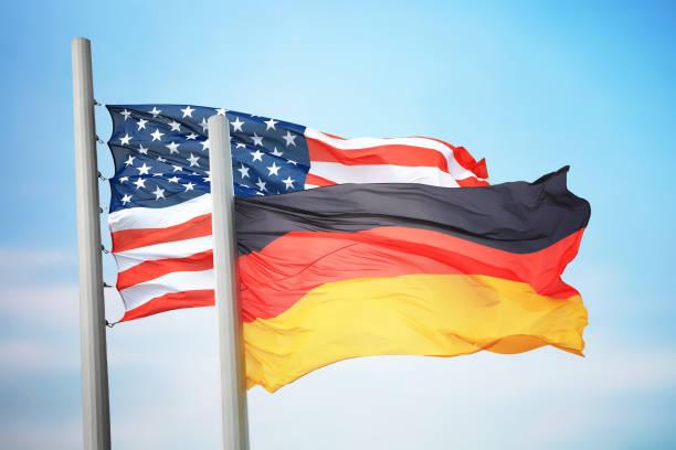 flaggen von deutschland und den usa - stoffe berlin stock-fotos und bilder