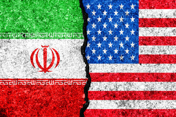 flagge von iran und usa gemalt auf rissige wand hintergrund/iran versus usa-konflikt-konzept - iranische stock-fotos und bilder