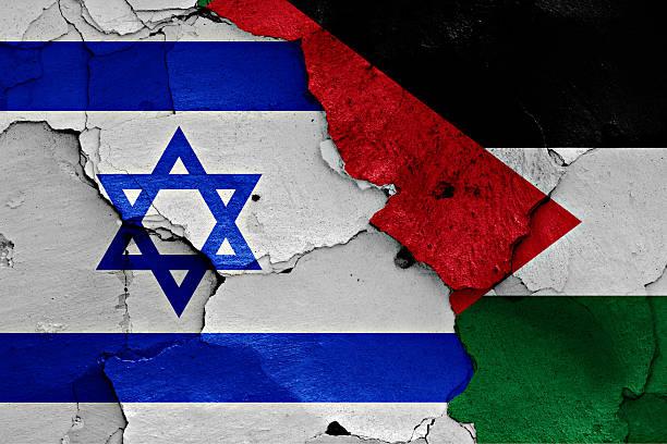bandeiras de israel e palestina pintadas em parede rachada - israel - fotografias e filmes do acervo