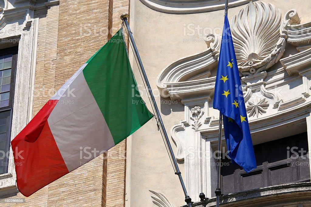 Banderas de Italia y de la Unión Europea, agitando en Roma, Italia - foto de stock