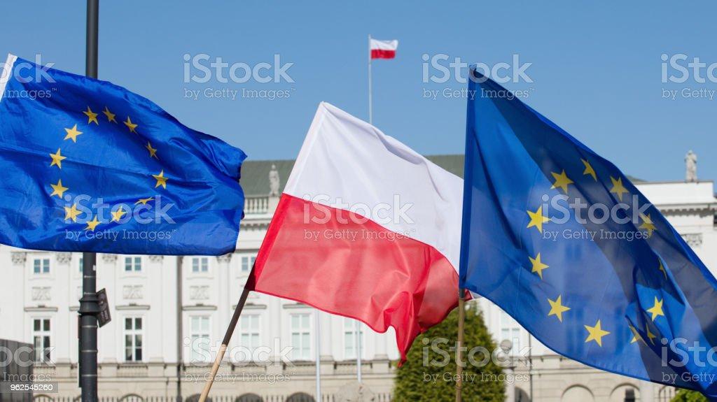 Bandeiras da Polônia e a União Europeia e o palácio presidencial. - Foto de stock de Bandeira royalty-free