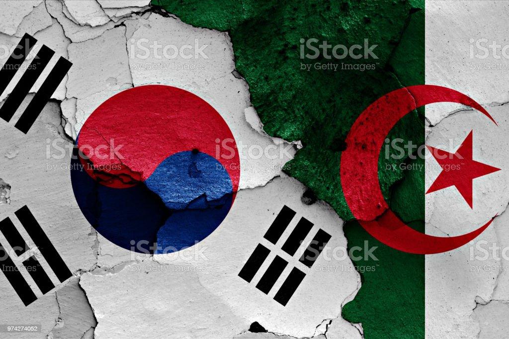 banderas de Corea del sur y Argelia pintaron en la pared agrietada - foto de stock