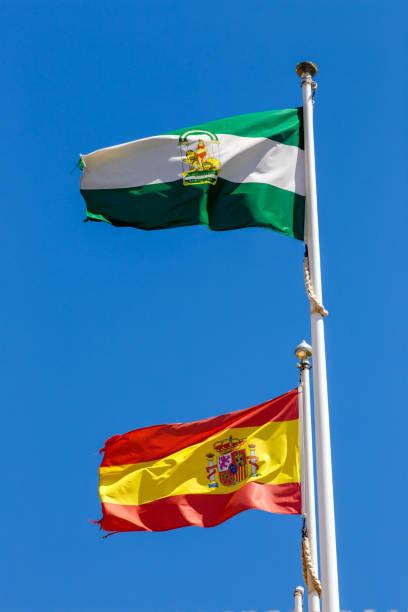 banderas de españa y andalucía - andalusian flag fotografías e imágenes de stock