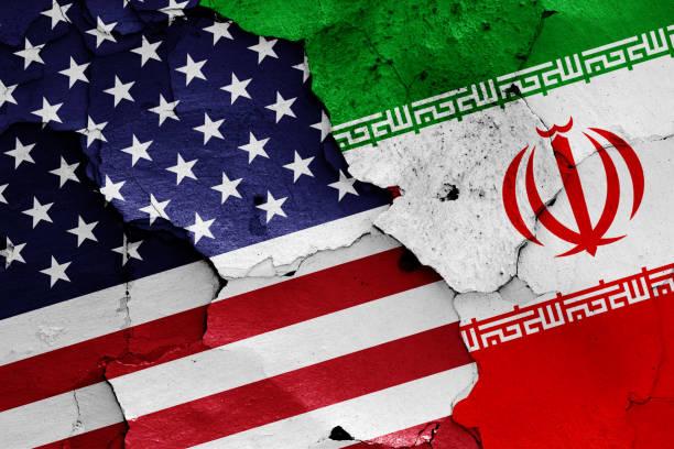 flaggen der usa und des iran - iranische stock-fotos und bilder