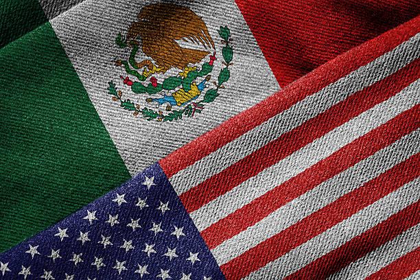 banderas de estados unidos y méxico en textura sucia - bandera mexico fotografías e imágenes de stock