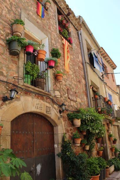 Banderas en una fachada tradicional de la casa, Prades, Cataluña, España - foto de stock