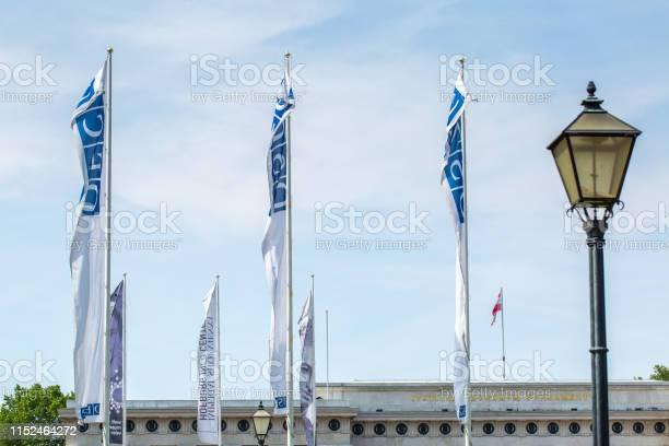 Flags Osce Near The Building Of Hofburg Palace Osce Congress Centre In Vienna Austria - Fotografie stock e altre immagini di Ambientazione esterna