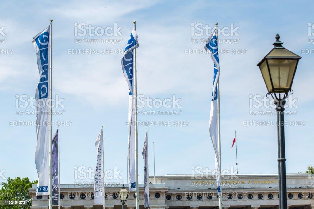 Flags OSCE near the building of Hofburg palace - OSCE Congress Centre in Vienna, Austria - Foto stock royalty-free di Ambientazione esterna