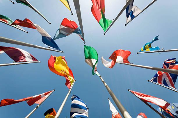 flags - internationale geschäftswelt stock-fotos und bilder