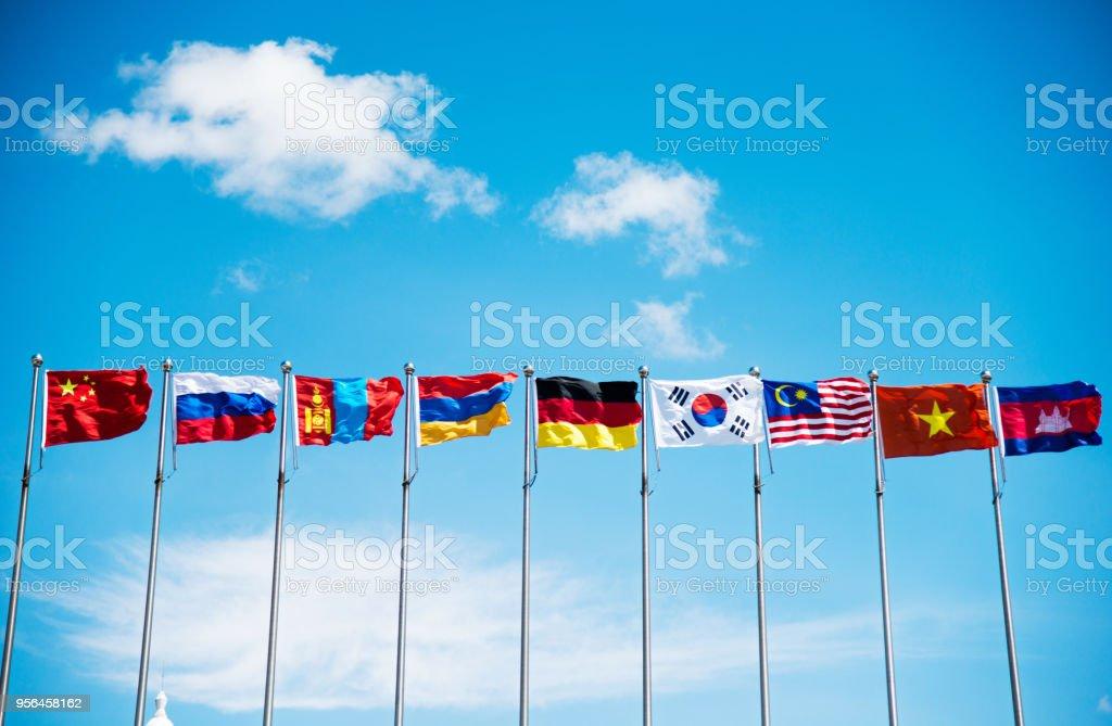 Banderas bajo el cielo azul - foto de stock
