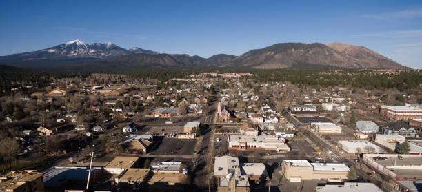 flagstaff arizona stad skyline luchtfoto humphrey's peak - arizona highway signs stockfoto's en -beelden