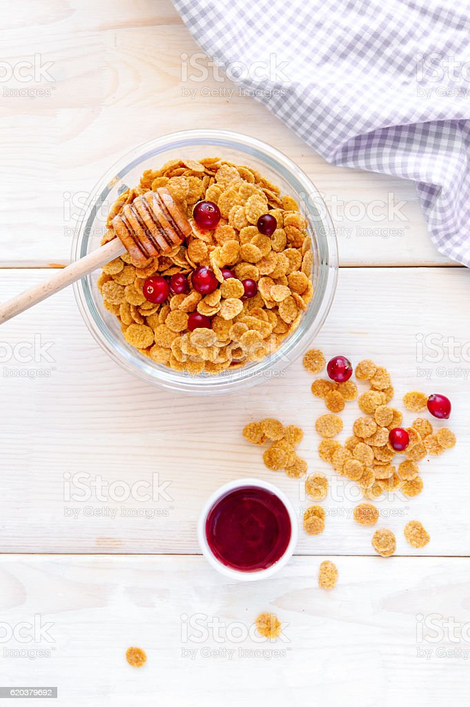 flakes in bowl with berries on wooden background top view foto de stock royalty-free