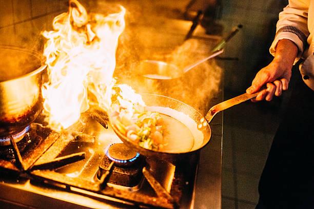flambing speisen - pilzpfanne stock-fotos und bilder