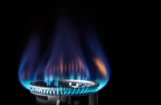 Llama de un mechero de gas sobre un fondo negro - foto de stock