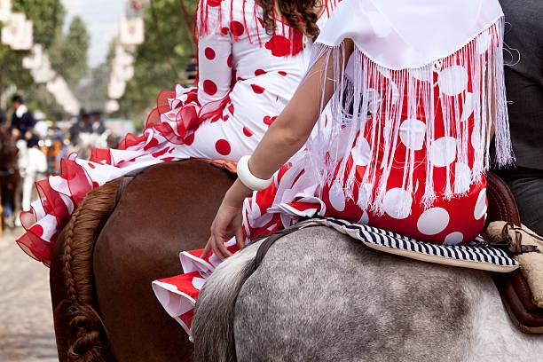 robes de flamenco à cheval - andalousie photos et images de collection