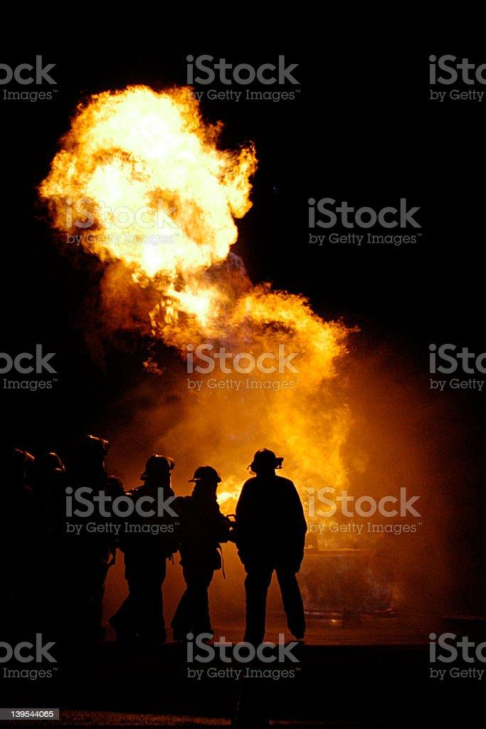 Chamas e bombeiros - foto de acervo