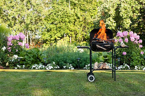flammen in ein barbecue - grillen garten stock-fotos und bilder