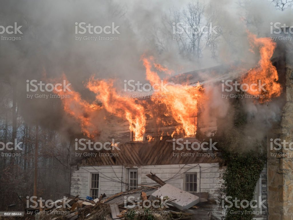 flames shooting from house – Foto