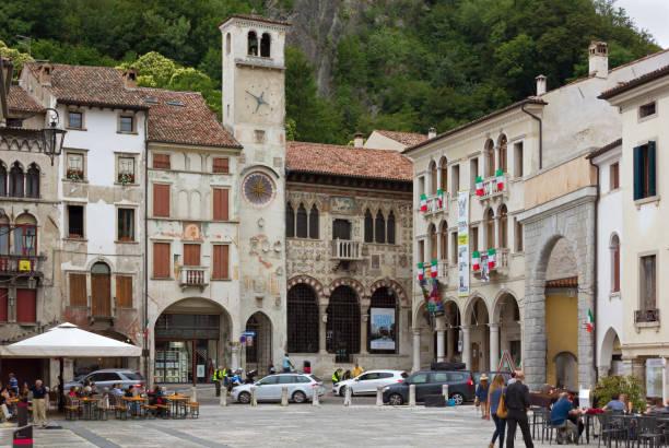 flaminio platz im historischen bezirk von serravalle in vittorio veneto - venezien stock-fotos und bilder