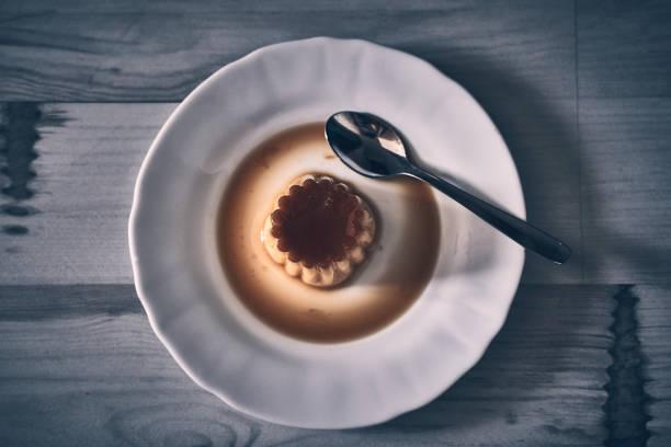 flaches dessert auf dunklem naturholz - kochen mit oliver stock-fotos und bilder