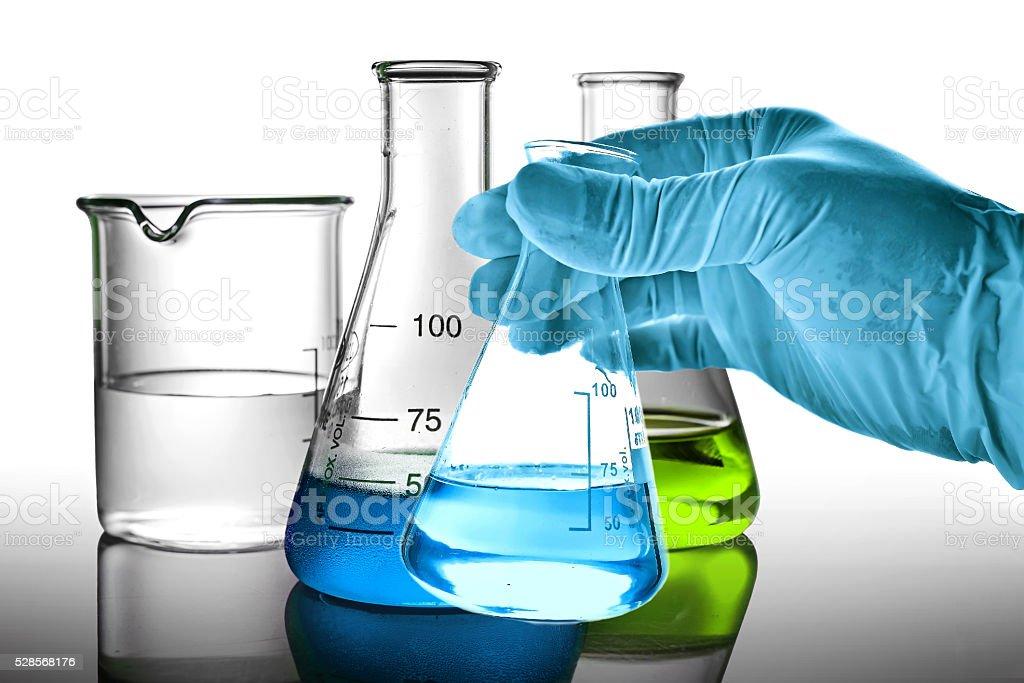 Glaskolben in Wissenschaftler Hände Lizenzfreies stock-foto