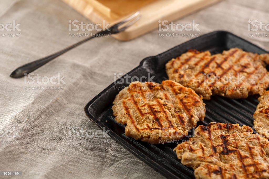 pains plats avec fromage, l'oignon et l'ail sur le gril - Photo de Ail - Légume à bulbe libre de droits